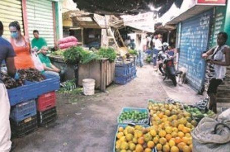 Mercados acatan medida de cerrar comercios al mediodía